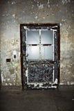 Blå dörr med skalningsmålarfärg Royaltyfri Foto
