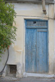Blå dörr med trädet Arkivbild