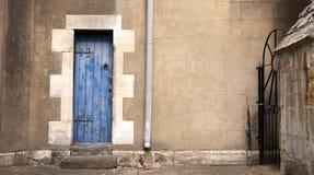 Blå dörr och stuprör Arkivfoto