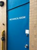 Blå dörr till ett mekaniskt rum fotografering för bildbyråer