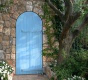blå dörrfrance trädgård Arkivbild