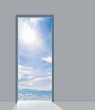 blå dörrsky till Arkivfoto