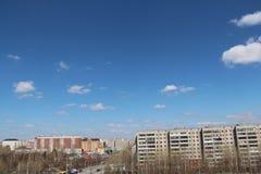 Blå daghimmel med vitmoln och solljus En stadslandskapbakgrund Royaltyfri Fotografi