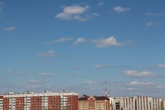 Blå daghimmel med vitmoln och solljus En stadslandskapbakgrund Royaltyfria Bilder