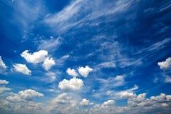 Blå dagsljussommarhimmel med vita moln Arkivfoto