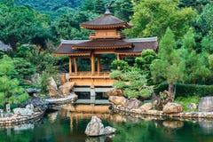 Blå damm- och paviljongbro i den Nan Lian trädgården, Hong Kong Fotografering för Bildbyråer