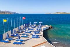 blå deckchairsett slags solskydd under Royaltyfri Foto