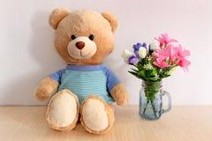 Blå docka och blomma Arkivbilder