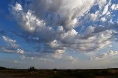blå dramatisk sky Royaltyfria Bilder
