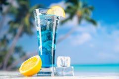 Blå drink, förkylning, nytt och smakligt royaltyfri bild