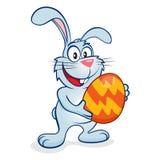 Blå easter kanin med ägget Arkivbild