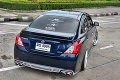 Blå ECO-bilSedan i storgubbestil Arkivfoton