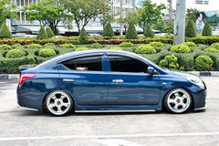 Blå ECO-bilSedan i storgubbestil Royaltyfria Foton