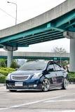 Blå ECO-bilSedan i storgubbestil Fotografering för Bildbyråer