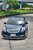 Blå ECO-bilSedan i storgubbestil Royaltyfri Bild