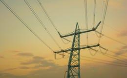 Blå elektricitetspylon Arkivbild