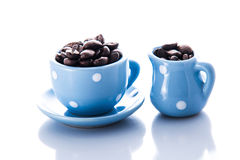 Blå espressodishware med kaffebönor Arkivbilder