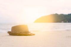 blå färg av havet och hatten på sand Arkivfoto