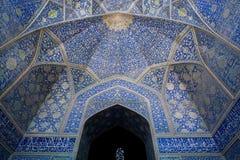 Blå färg mönstrade kupolen med tegelplattor av den persiska moskén av Iran Royaltyfri Fotografi