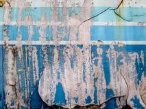 Blå färgmålning skalar av och skrapa bakgrund fotografering för bildbyråer