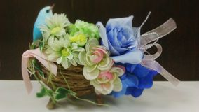 Blå fågel på blommakorg Fotografering för Bildbyråer