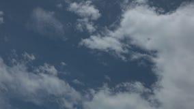 Blå för Tid för molnig himmel för sommar hög definition schackningsperiod stock video