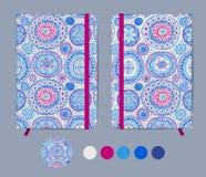 Blå förskriftsbokmall med den elastiska musikbandet och bokmärke med den abstrakta modellen Australisk infödd geometrisk konst Arkivbild