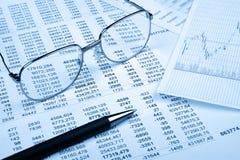 blå finansiell rapportsignal Arkivfoto