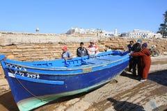 Blå fiskebåt som lanseras Royaltyfri Fotografi