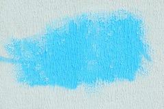 Blå fläck på vit texturerat papper abstrakt bakgrund Royaltyfria Bilder
