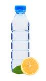 Blå flaska med vatten och citronen arkivfoto
