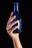blå flaskhandholding Arkivbilder