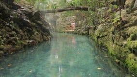 Blå flod i Xcaret, Mexico stock video