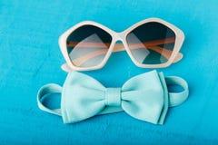 Blå fluga och solglasögon Royaltyfri Bild