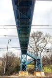 Blå fot- bro över järnväg Arkivbilder