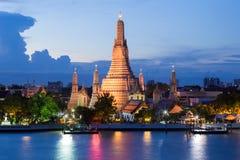 Blå framdel för flod för skymningnattArun tempel Royaltyfri Fotografi