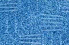 Blå frottéhandduk med den geometriska och spiral modellen Arkivfoto