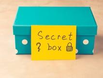Blå gåva med den skriftliga hemliga asken för pappers- kort Royaltyfri Fotografi