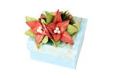 Blå gåvaask med blommor royaltyfri bild