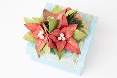 Blå gåvaask med blommor arkivbilder