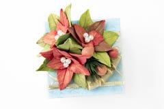 Blå gåvaask med blommor royaltyfri fotografi