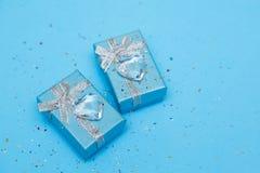Bl? g?vaask med smycken- och kristallhj?rta, runt om paljetter background card congratulation invitation arkivfoton
