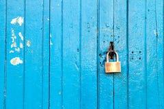 Blå gammal wood dörr med låset Arkivbild