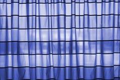 blå gardin Arkivfoton