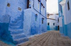 Blå gata i Chefchaouen Arkivbilder