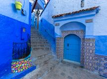 Blå gata inom Medina av Chefchaouen Arkivbilder