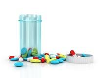 Blå genomskinlig plast- krus med locket som tas bort från färgrik preventivpiller Arkivbilder