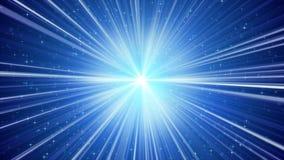 Blå glänsande ljusa strålar och stjärnabakgrund Royaltyfria Bilder