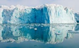 blå glaciär som reflekterar royaltyfri fotografi