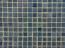 Blå glansig mosaiktegelplatta som bakgrunden Royaltyfri Foto